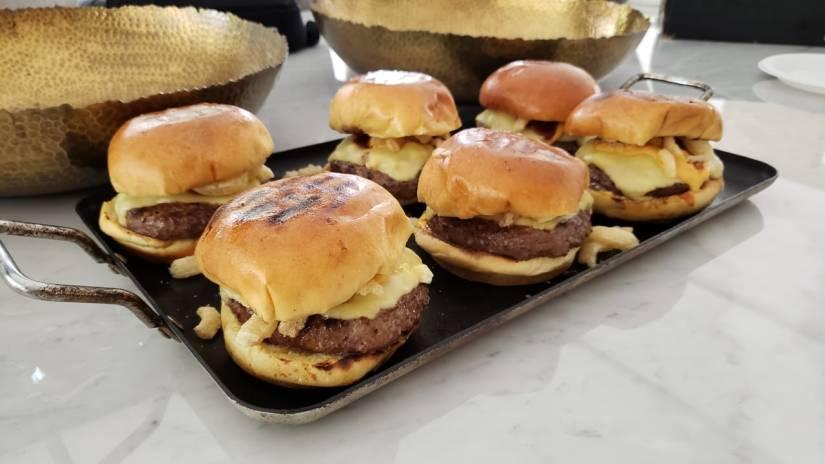 hamburguesa de queso azul – salsa de queso a base de birra – cebollitas crispy  – reducción dewhiskey.