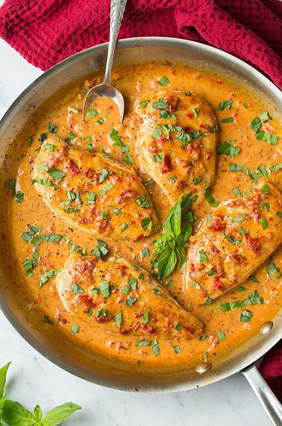Pechuga de pollo, en salsa cremosa con tomateseco.